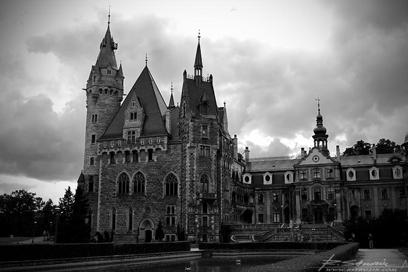 Zamek Moszna... zwany także pałacem dziewięćdziesięciudziewięciu wież. Ułatwia to sprawę z liczeniem...